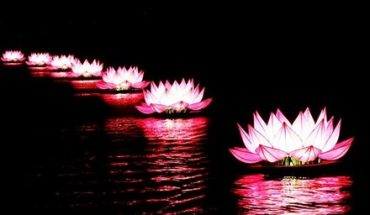Thắp sáng 7 đài sen khổng lồ trên hồ Xuân Hương
