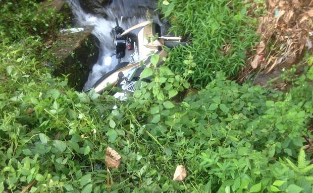 Xe máy bị xe khách ép rớt xuống vực ở đèo Bảo Lộc