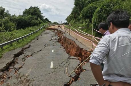 Sạt lở nghiêm trọng quốc lộ 28 Phan Thiệt - Đà Lạt bị tê liệt