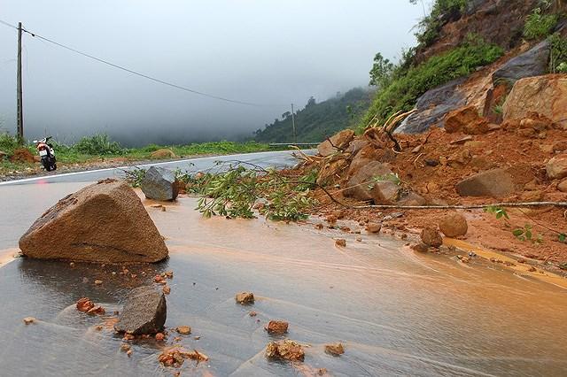 Đang chạy xe đôi nam nữ bị nữ bị nước cuốn xuống vực ở đèo Khánh Vĩnh