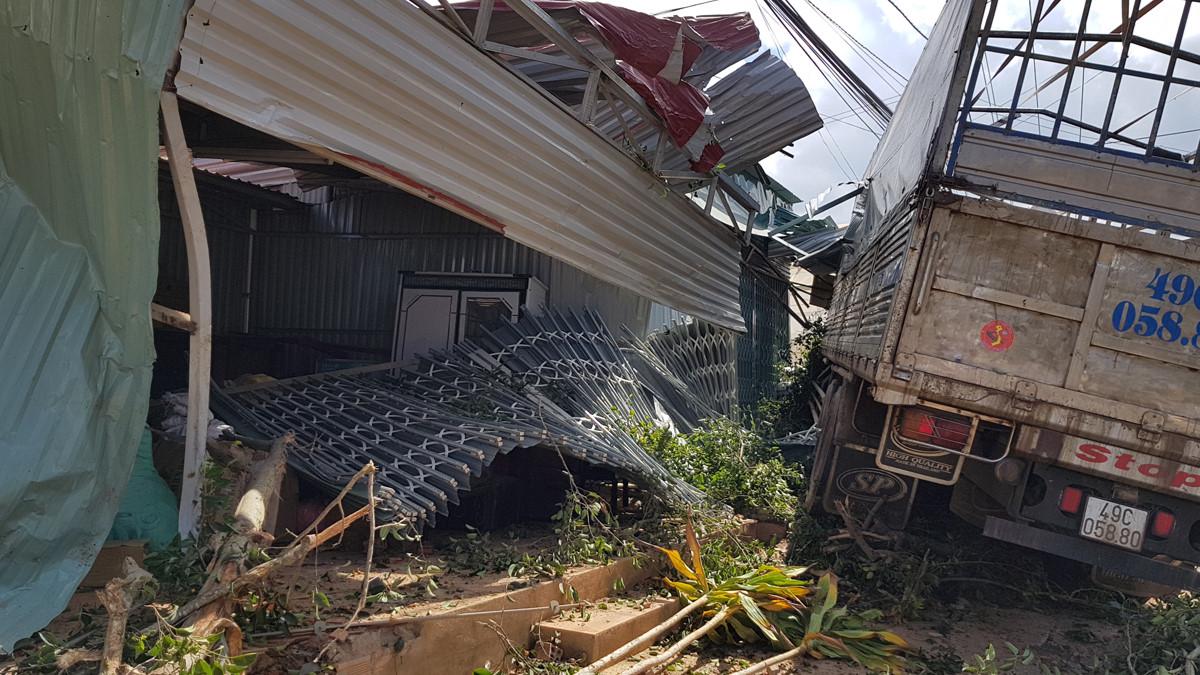 xe tải mất lái lao thằng vào nhà dân ở Đà Lạt