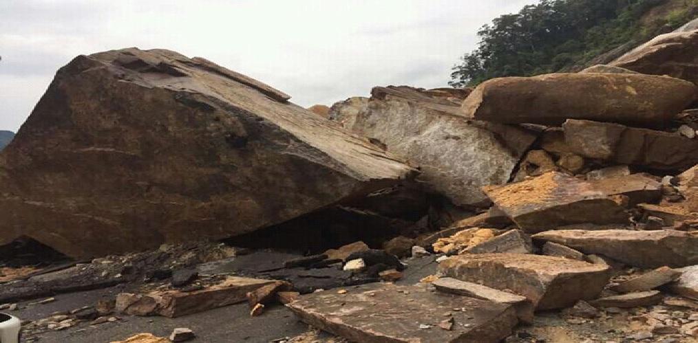 Tảng đá lớn rơi xuống từ vách nui xuống chăn ngang tuyến đường Đà Lạt - Nha Trang