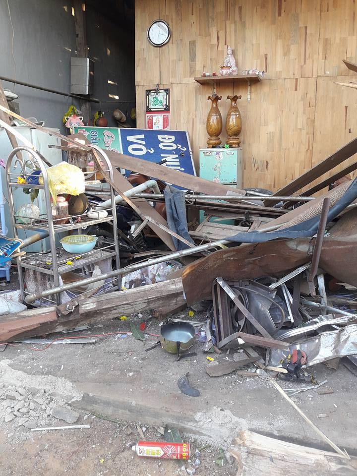 Tại nạn nghiêm trọng ở Di Linh : xe tải tông sập nhà lúc 4 người đang ngủ