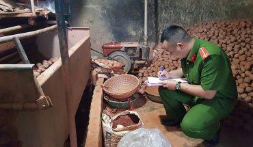 Tiểu thương Đà Lạt chộn đất vào khoai tây trung quốc để bán giá cao
