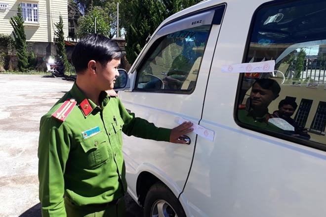 Xe 16 chỗ kéo lê chiến sĩ công an gần 100m ở Đà Lạt