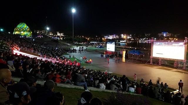 Dưới cái lạnh 18 độ vẫn có hàng ngàn người đi cổ vũ bóng đá ở Đà Lạt
