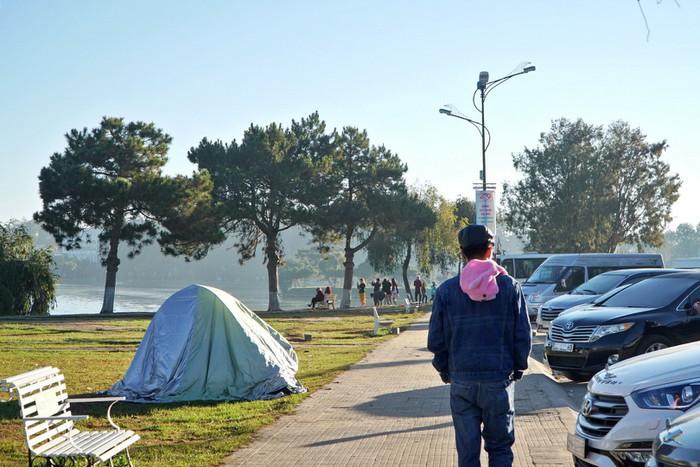 Đà Lạt kẹt cứng phòng nghỉ, du khách dựng lều ngủ ở Hồ Xuân Hương